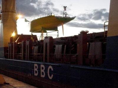 Veleiro sendo carregado em Valparaiso, Chile após salvamento